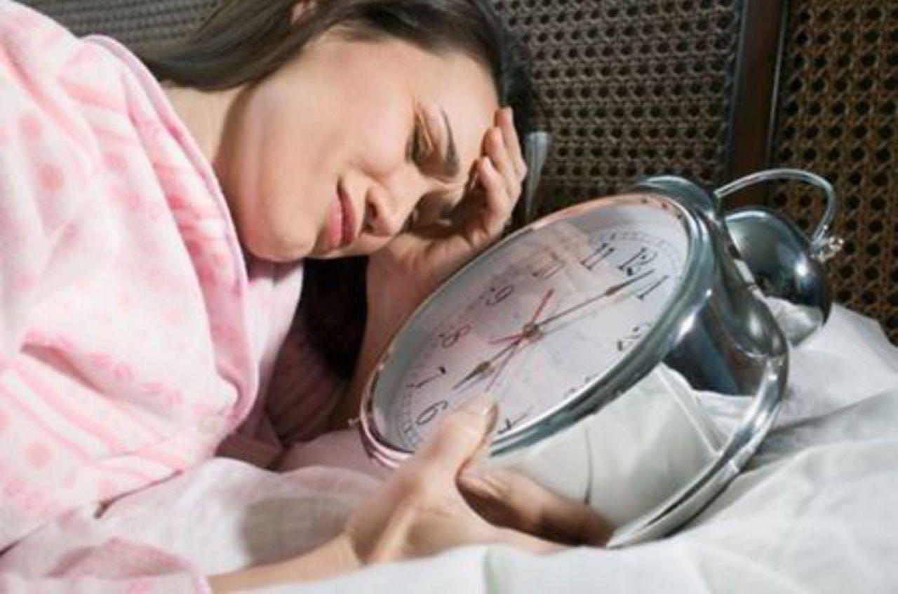 """Курс потребительства №3 """"Недосып""""⠀Анна спит по шесть часов в день. Иногда – по пять часов. Проснулась, хлопнула кофе, и давай суетиться до самой ночи.Другая девушка на ее месте давно бы уже задумалась о том, что как-то неправильно живет, но Анна вот уже много лет не высыпается, и думать она уже давно отучилась.⠀Когда у Анны выпадают свободные полчаса, она наливает себе очередную чашку какой-нибудь бодрящей бурды и… садится тупить. Смотрит телевизор, втыкает в Интернет, просто глядит осоловевшими глазами в стену и гоняет по кругу пустые мысли.⠀Со стороны кажется, будто выйти из этого порочного круга очень просто. Надо просто взять себе за правило нырять под одеяло ровно в двенадцать ночи. Пара недель восьмичасового сна, и Анну будет не узнать. Она станет спокойной и доброй, перестанет гавкать на людей и начнет все успевать.⠀Но… чтобы в ритме вальса переделать все дела к одиннадцати вечера надо совершить над собой некислое волевое усилие. А на такое усилие сонная Анна, увы, не способна.⠀Не выспавшаяся Анна будет ежедневно тратить несколько часов на разного рода бессмысленную ерунду. Из-за этих потерянных часов Анна будет ежедневно ложиться не в двенадцать, а в два. А в восемь утра – хочешь или не хочешь – ей придется не выспавшейся вставать и идти на работу.⠀#инвестиции #forex #фондовыйрынок #ipo #акции #финансоваяграмотность #nsannikov #финансы #свобода #семья #время #команда #бизнес"""